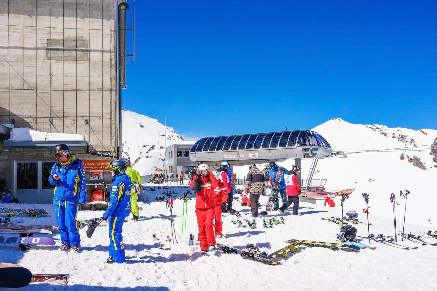 sciatori nelle alpi svizzere a murren, in svizzera foto