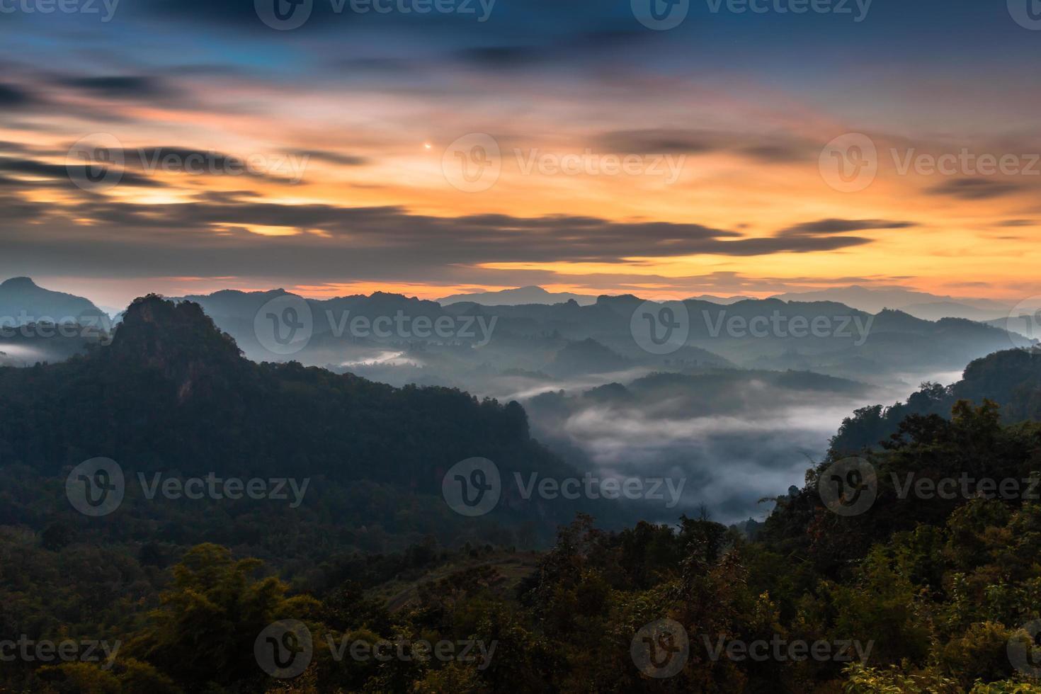 nebbia sulle montagne all'alba foto
