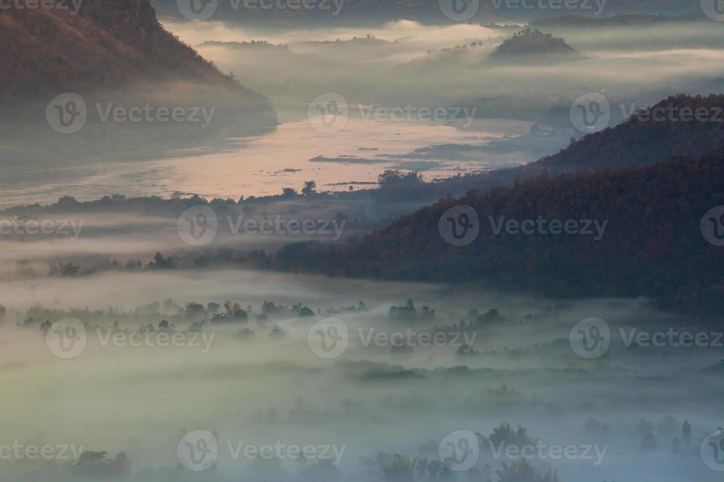 montagne nebbiose al tramonto foto