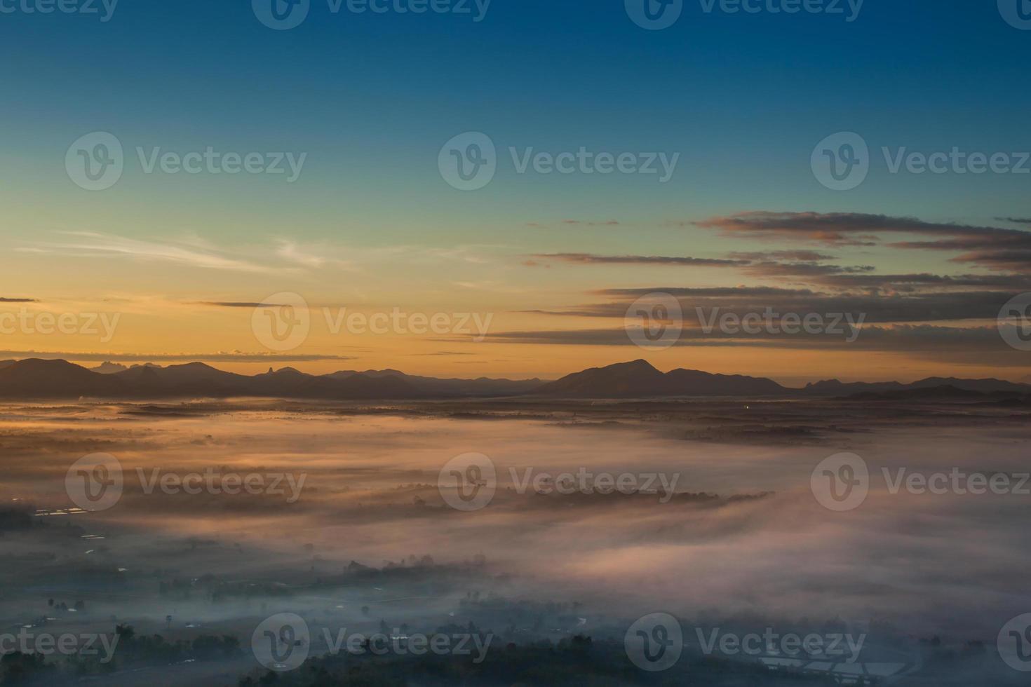 vista aerea di montagne e nebbia al tramonto foto