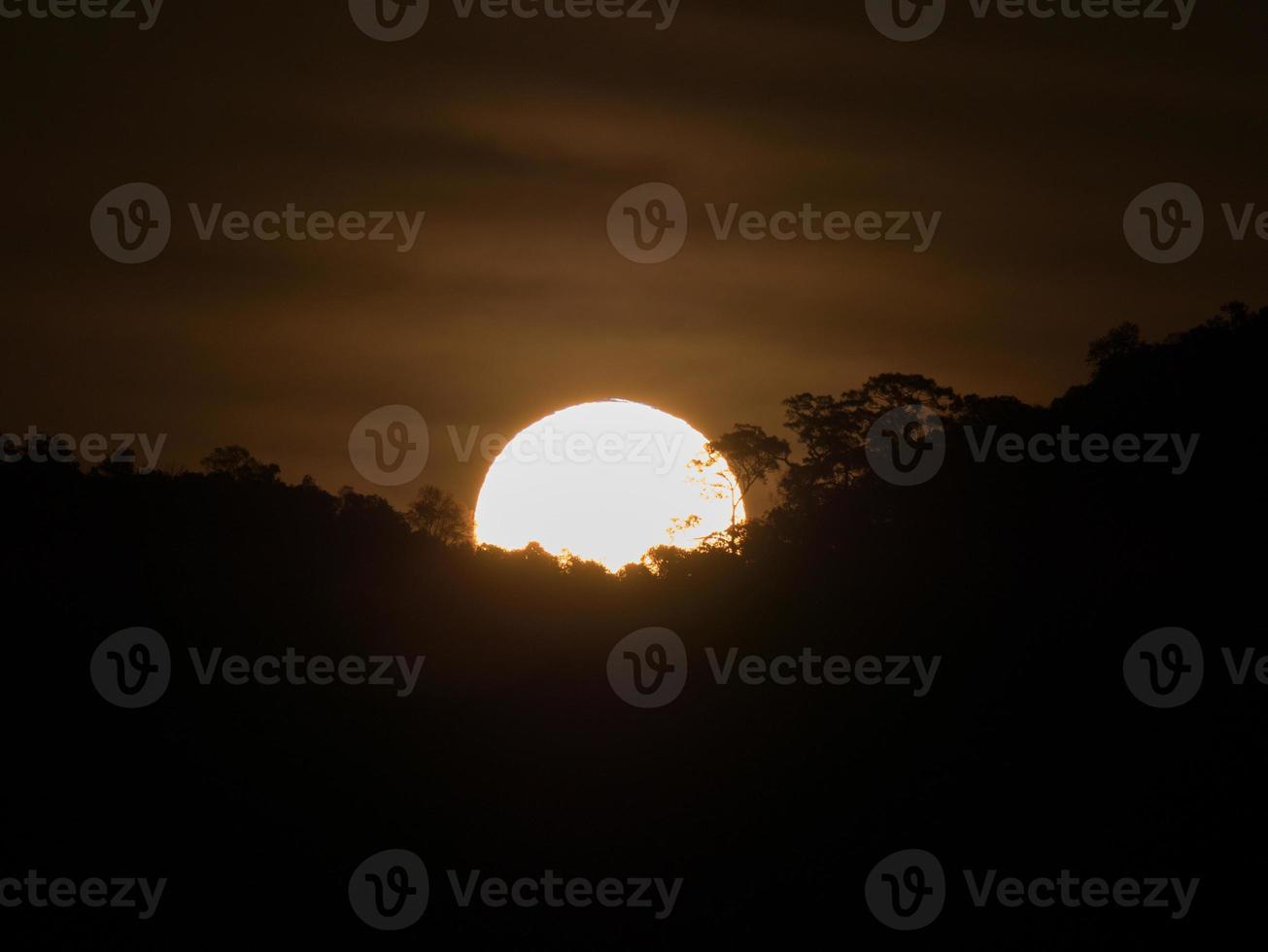 sole dietro le nuvole scure foto