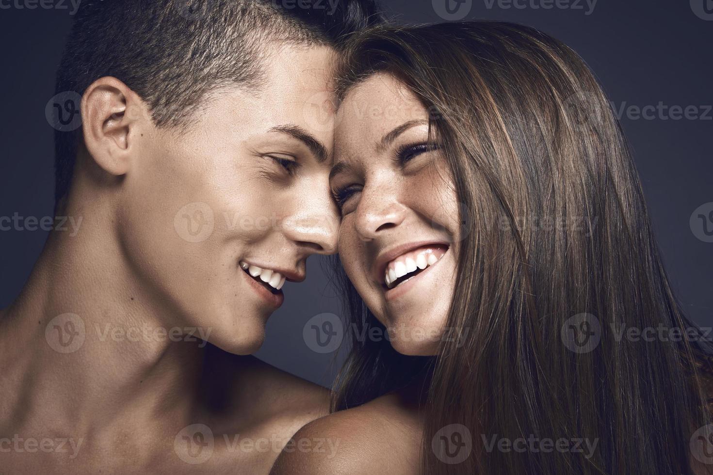 giovane coppia di bellezza che condivide un momento tenero foto