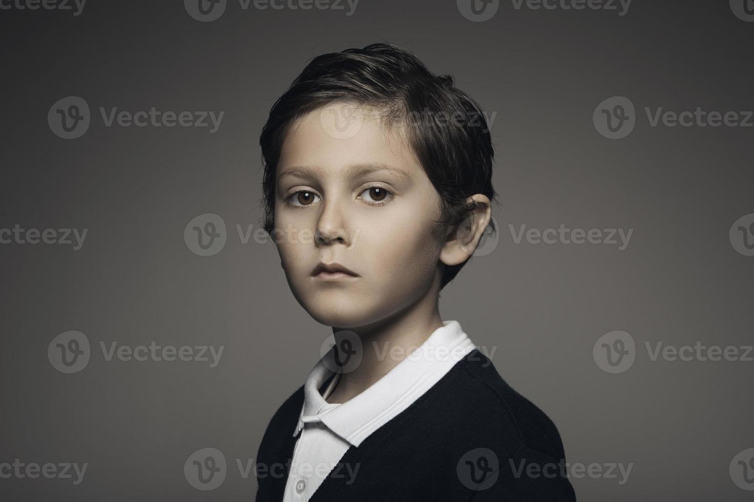 ritratto in studio di un bel ritratto di bambino guardando la telecamera foto