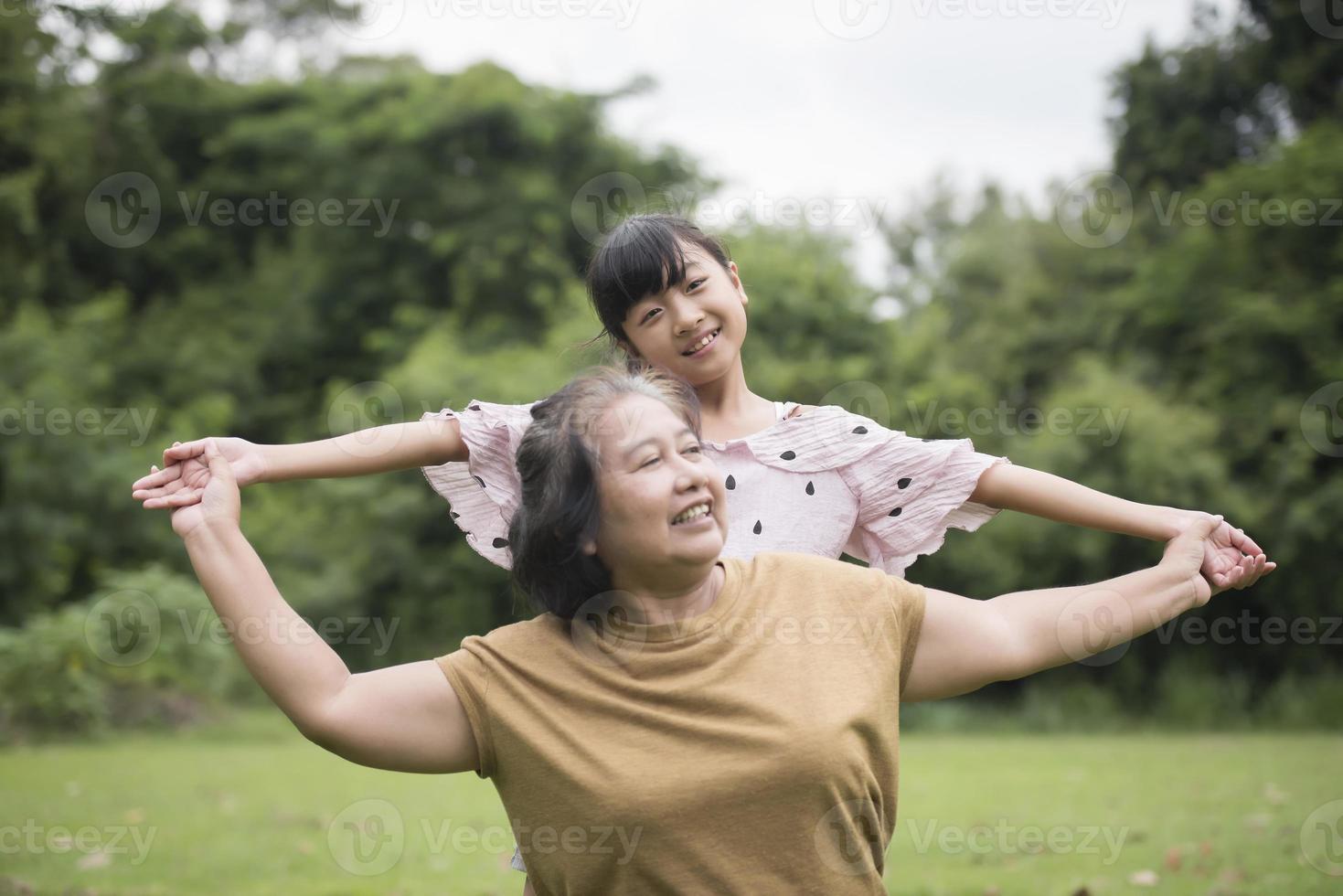 nonna che gioca con la nipote al parco foto