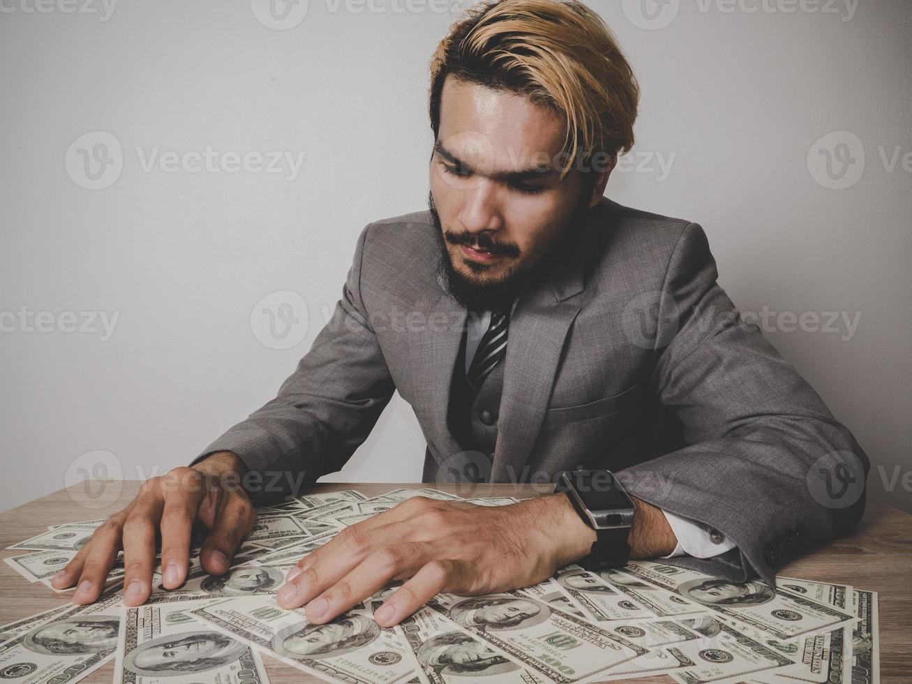 felice imprenditore con banconote in dollari foto