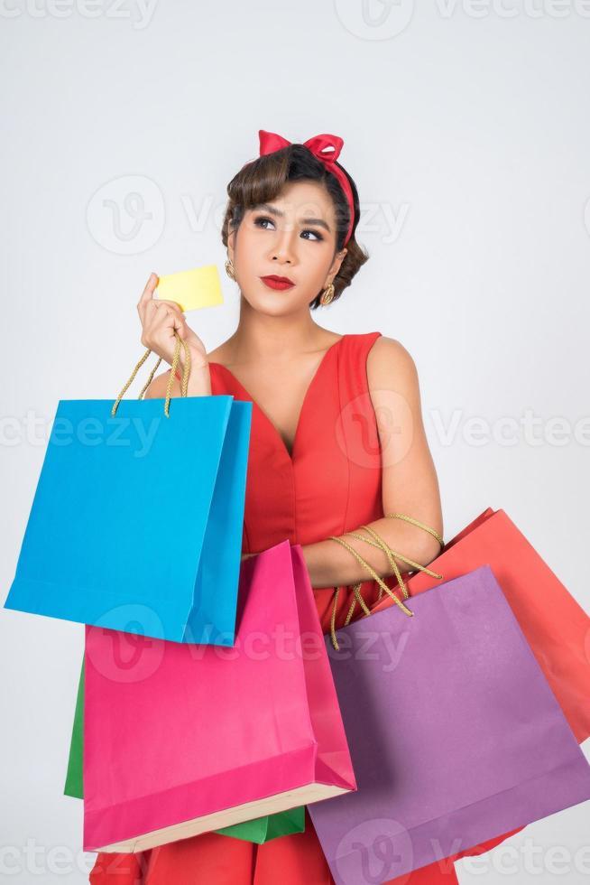 donna alla moda shopping con borsa e carta di credito foto