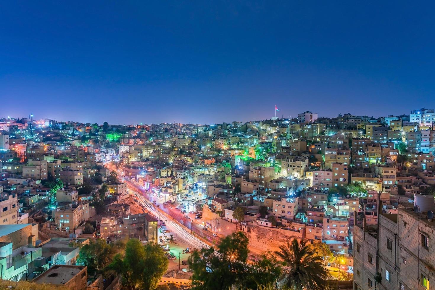 paesaggio urbano del centro di Amman al crepuscolo, in Giordania foto
