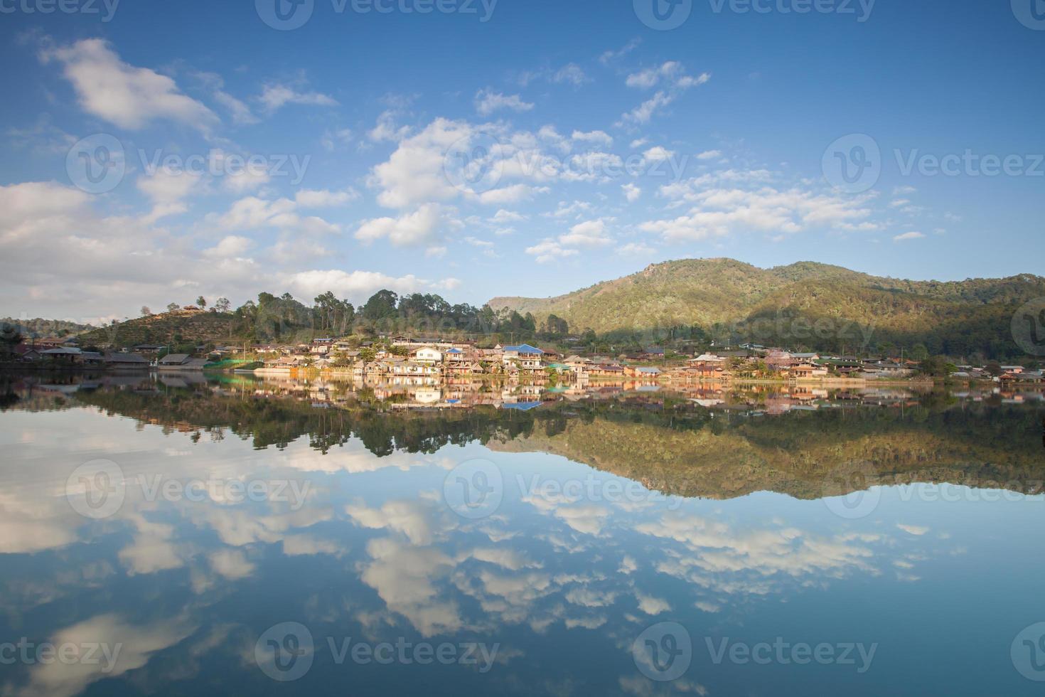 villaggio su una montagna riflessa nell'acqua foto