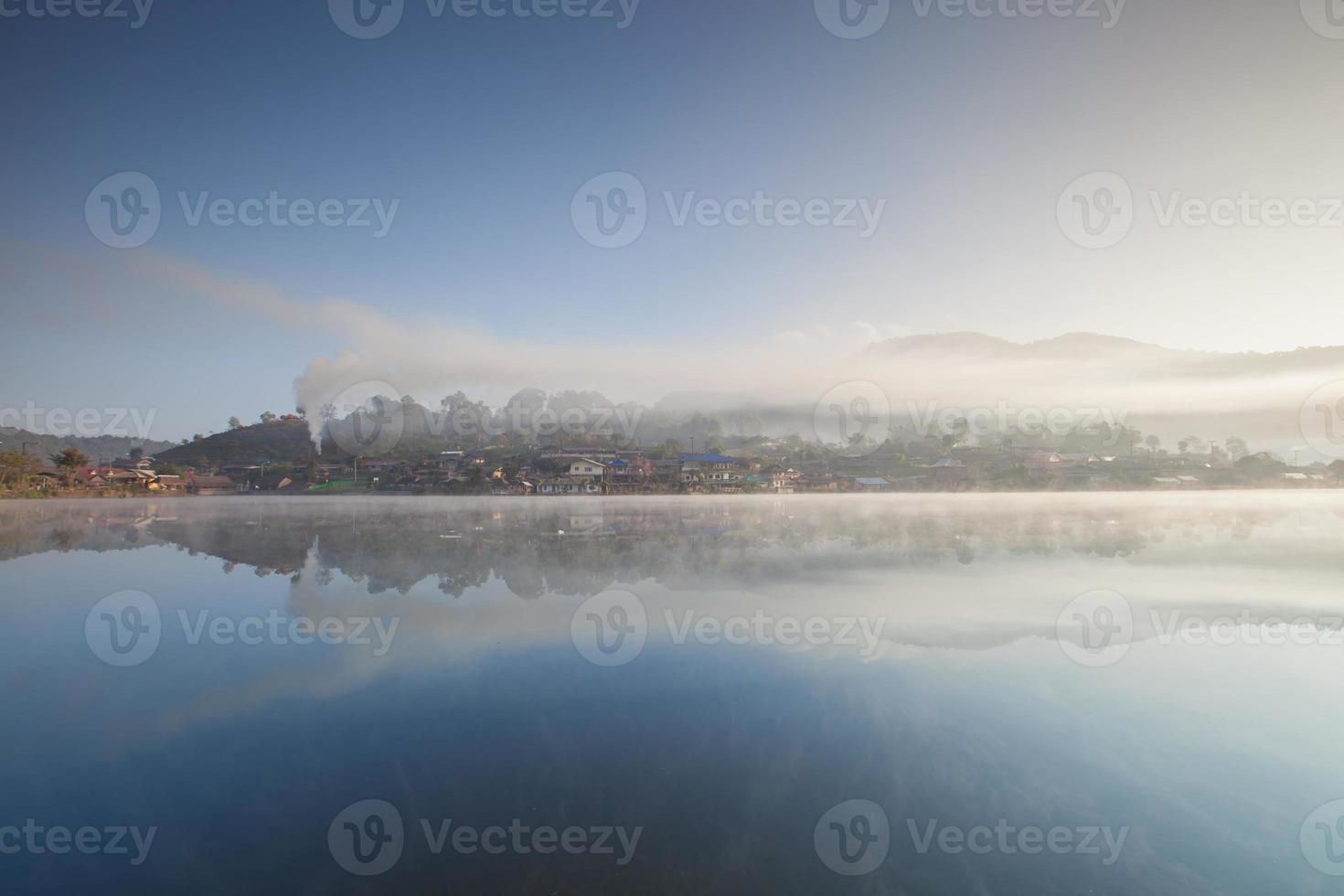 paesaggio nebbioso del villaggio foto