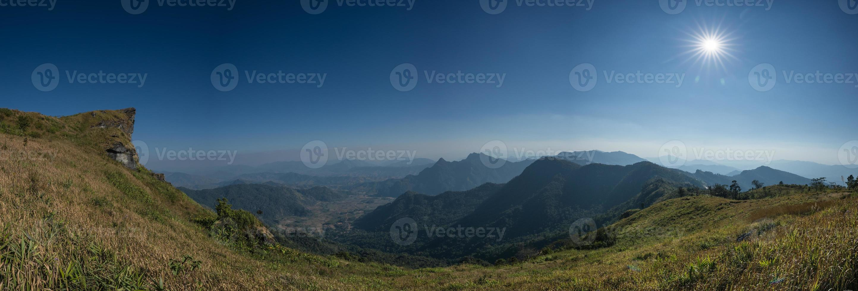 paesaggio di montagna durante il giorno foto