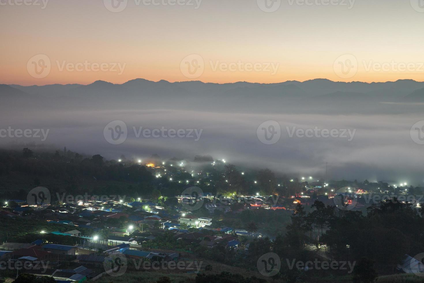 nebbia sopra una città foto