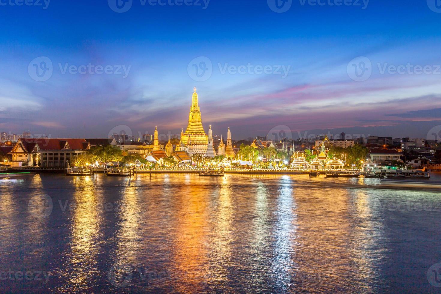 luci del tempio e della città riflesse nell'acqua foto