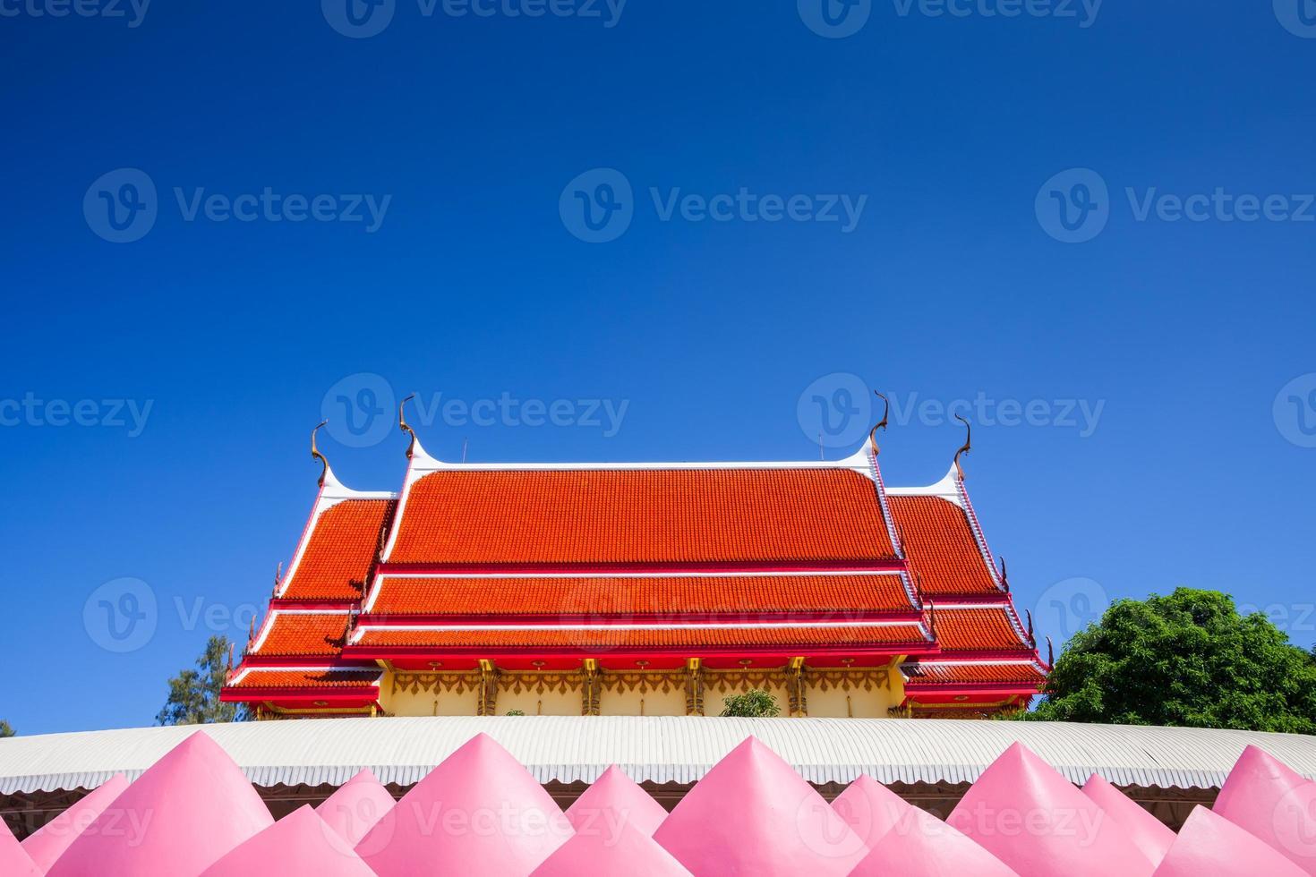 phai cham sin, thailandia, 2020 - il tetto rosso del monastero di wat muang foto