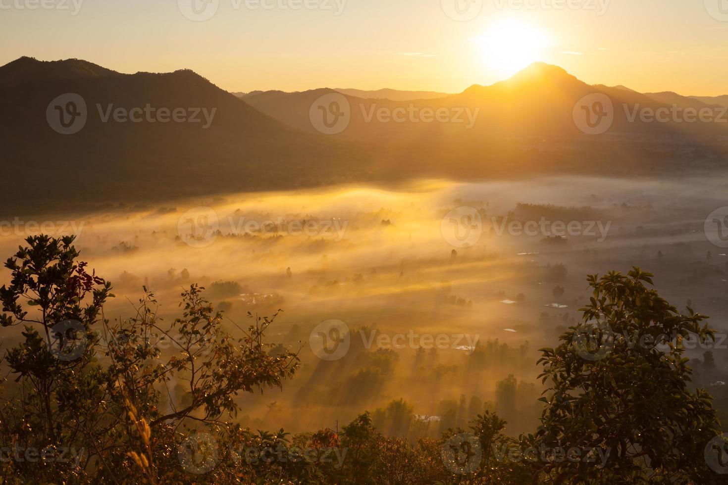 ora d'oro su un paesaggio nebbioso foto