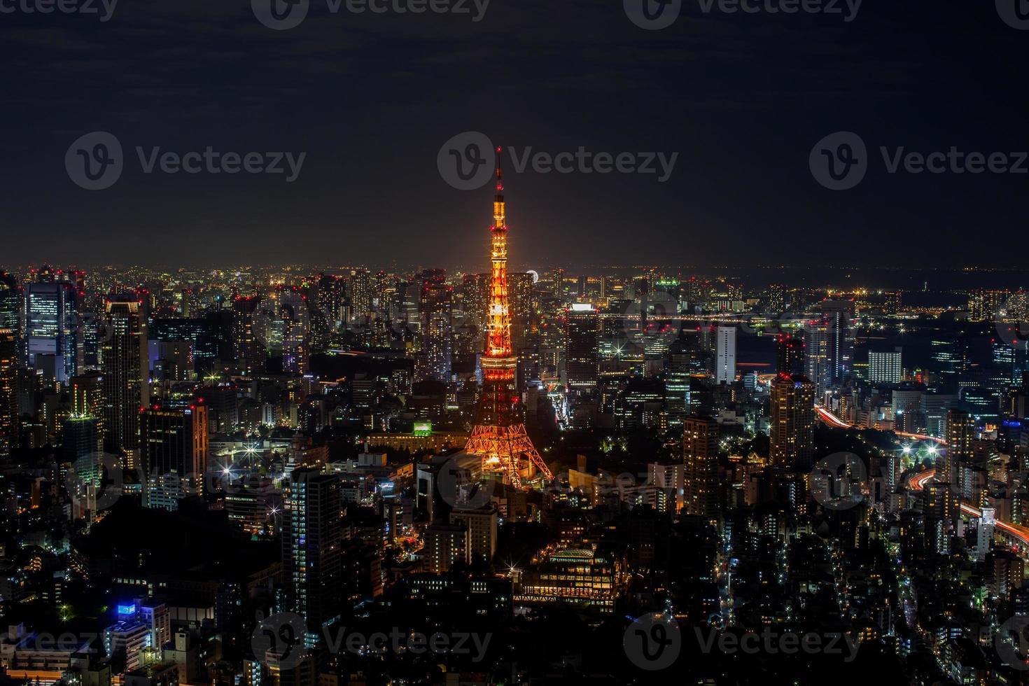 tokyo, giappone, 2020 - torre di tokyo incandescente di notte foto