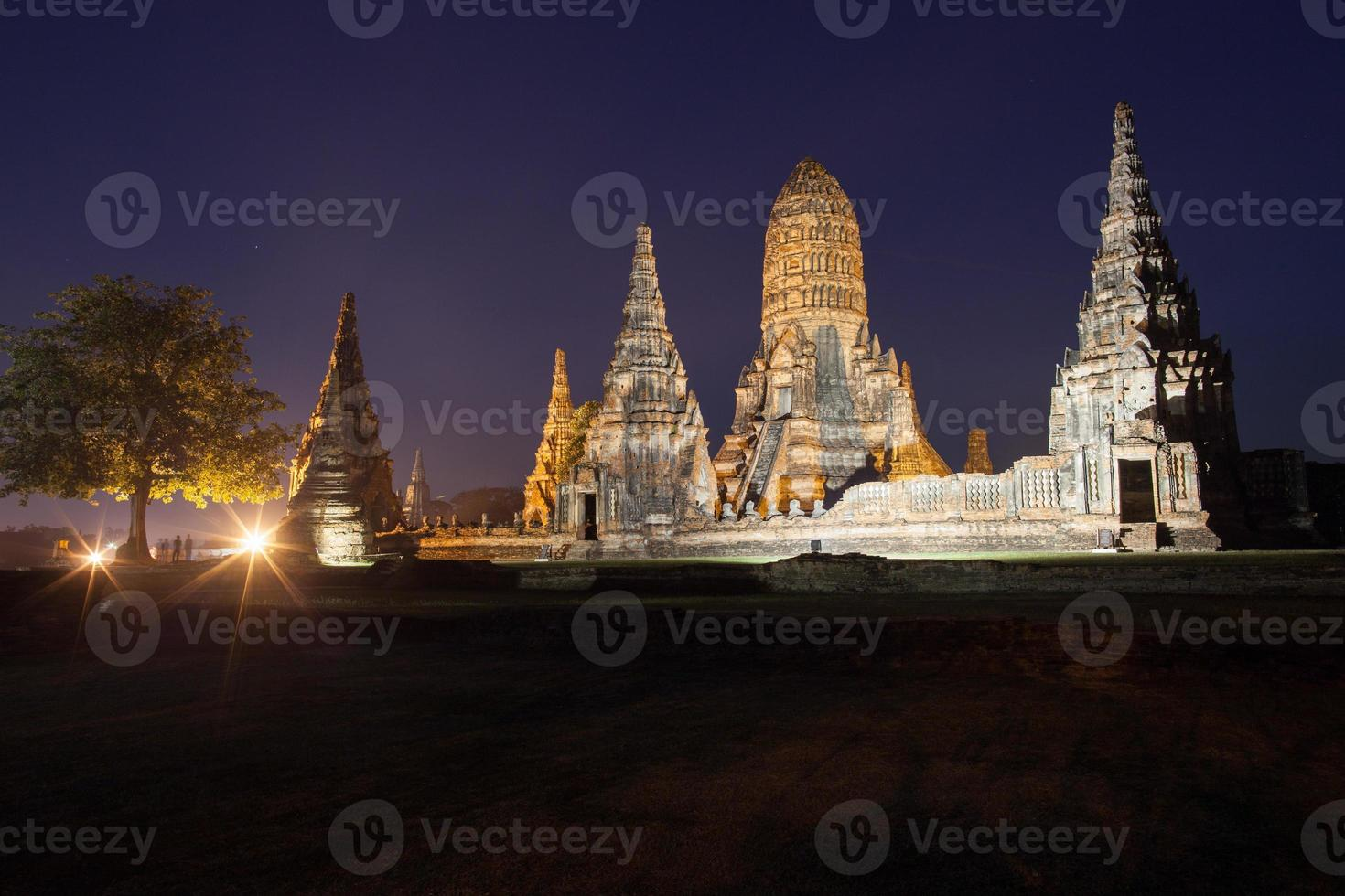 ban pom, thailandia, 2020 - vista notturna del wat chai watthanaram foto