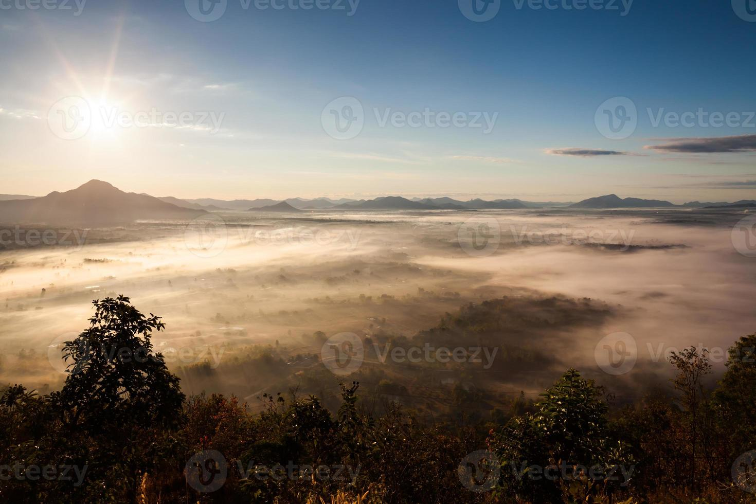 alba sopra un paesaggio di montagna nebbioso foto