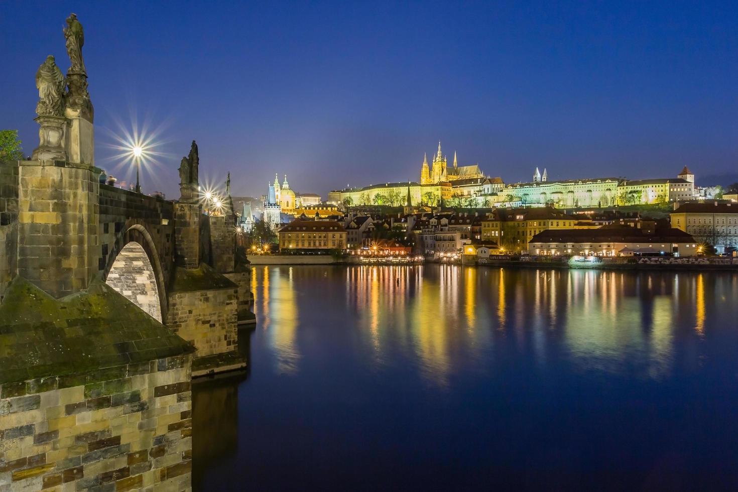 vista notturna del castello di praga e il ponte carlo sul fiume moldava a praga. Repubblica Ceca. foto