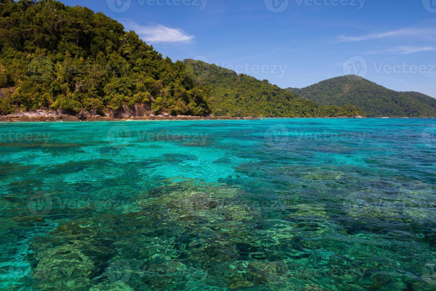 mare blu con montagne verdi foto