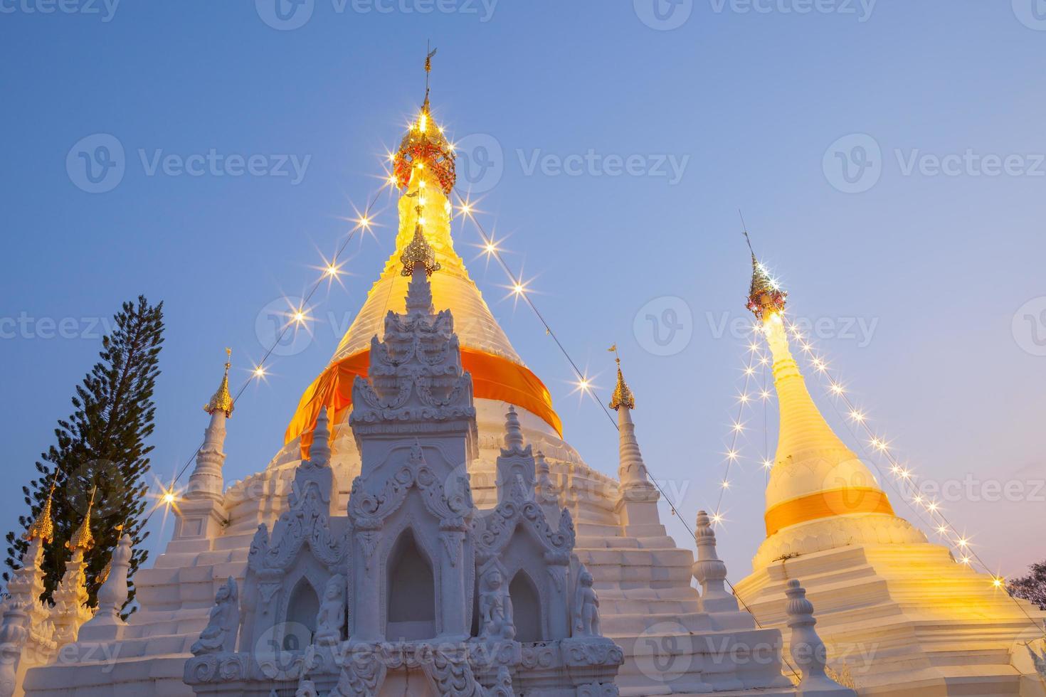provincia dello shanxi, cina, 2020 - la grande pagoda bianca con luci foto
