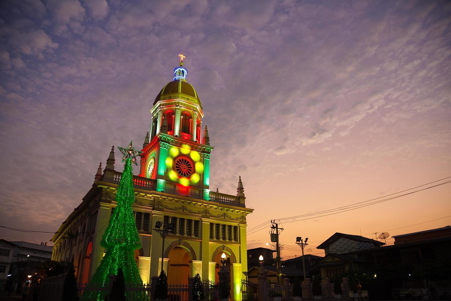 chiesa di cristo con decorazioni natalizie foto
