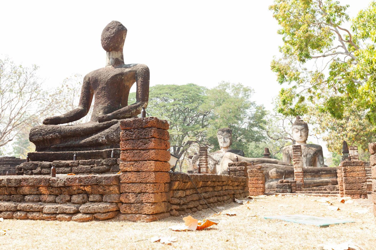 vecchia statua del buddha in ayutthaya, thailandia foto