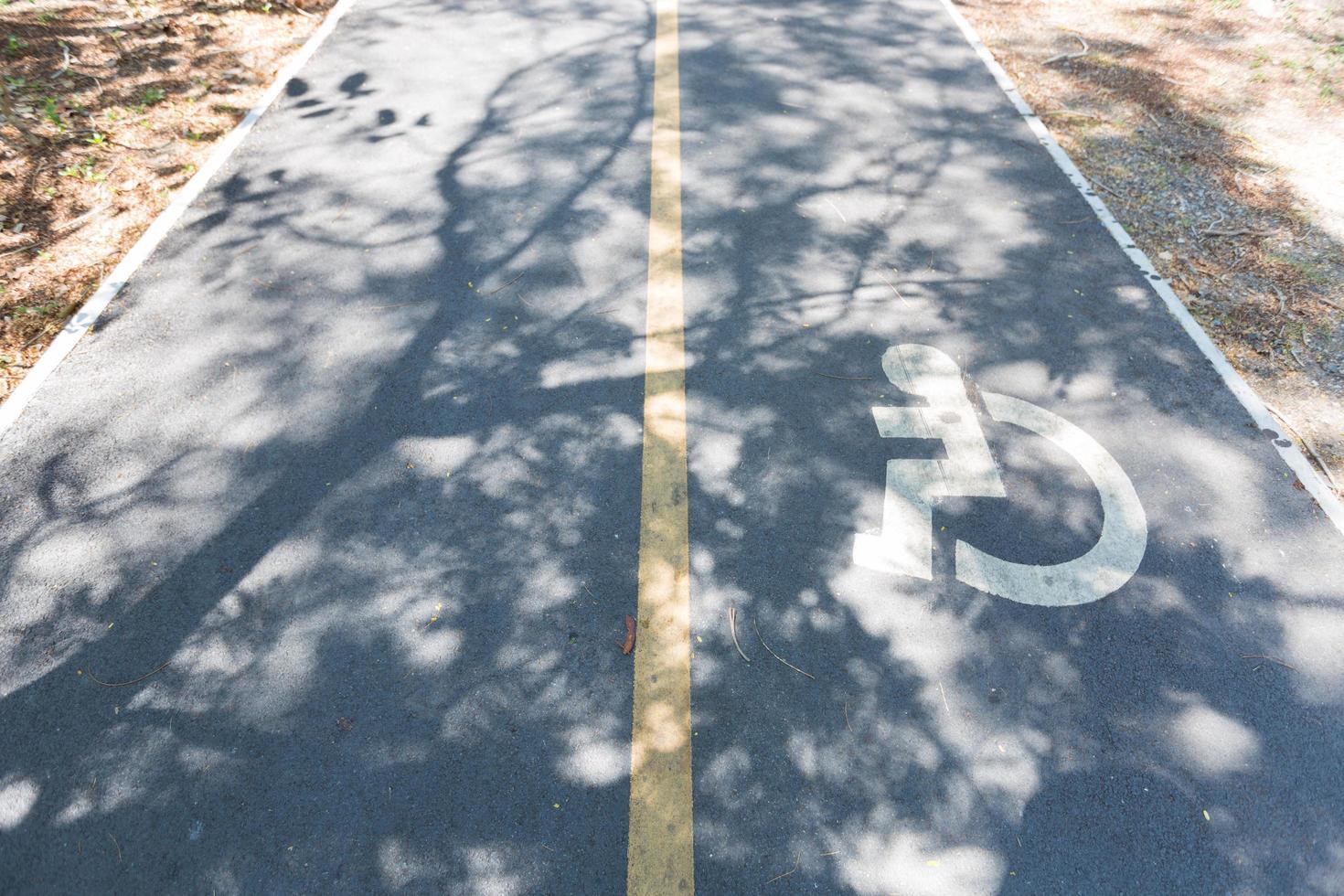 segno di sedia a rotelle sulla strada foto