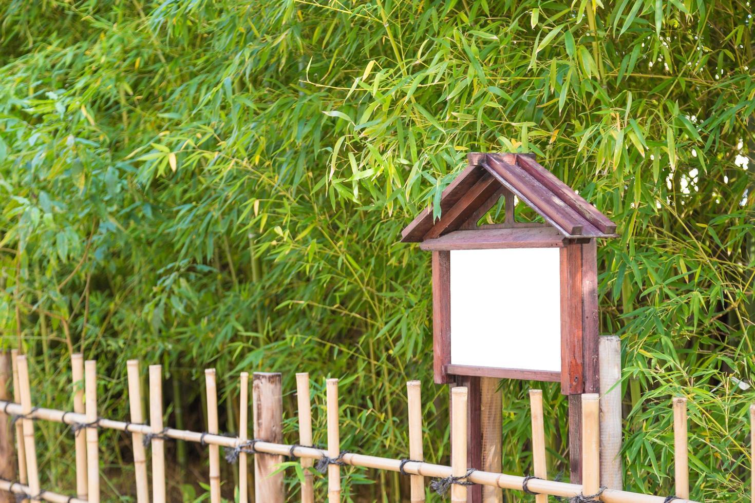 recinzione di bambù di fronte agli alberi di bambù foto