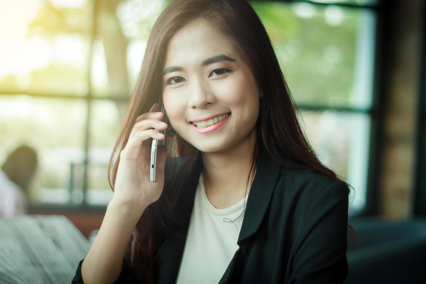 donna d'affari utilizzando il telefono cellulare intelligente foto