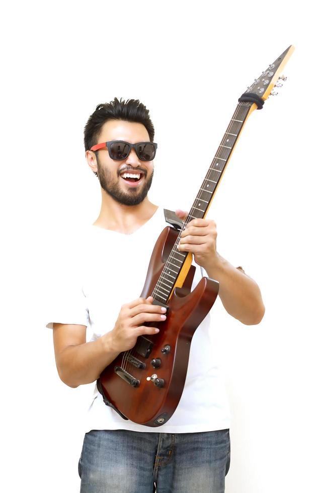 uomo asiatico con i baffi sorridente e suonare la chitarra foto