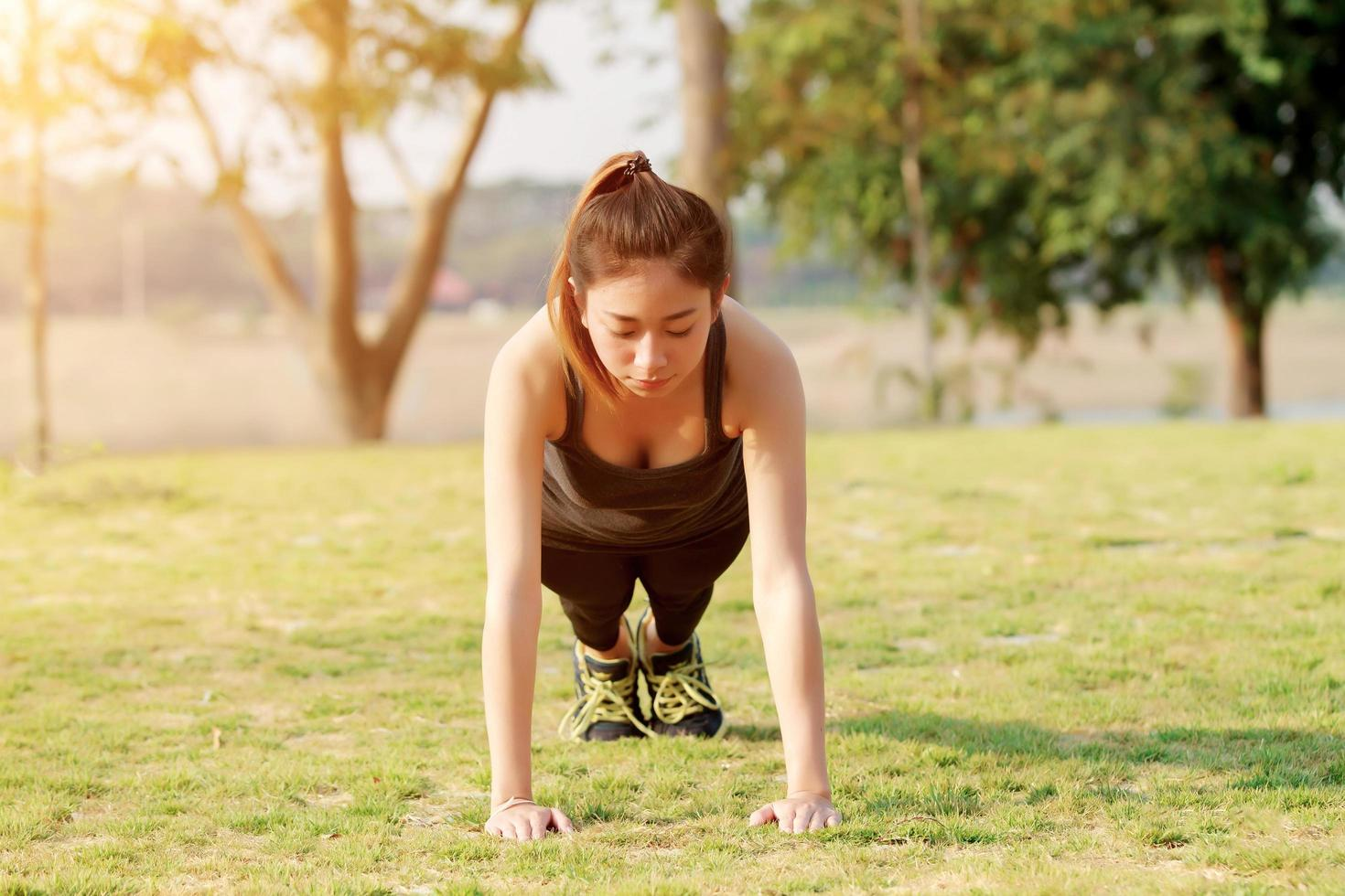 donna atletica in fase di riscaldamento in posizione della plancia foto
