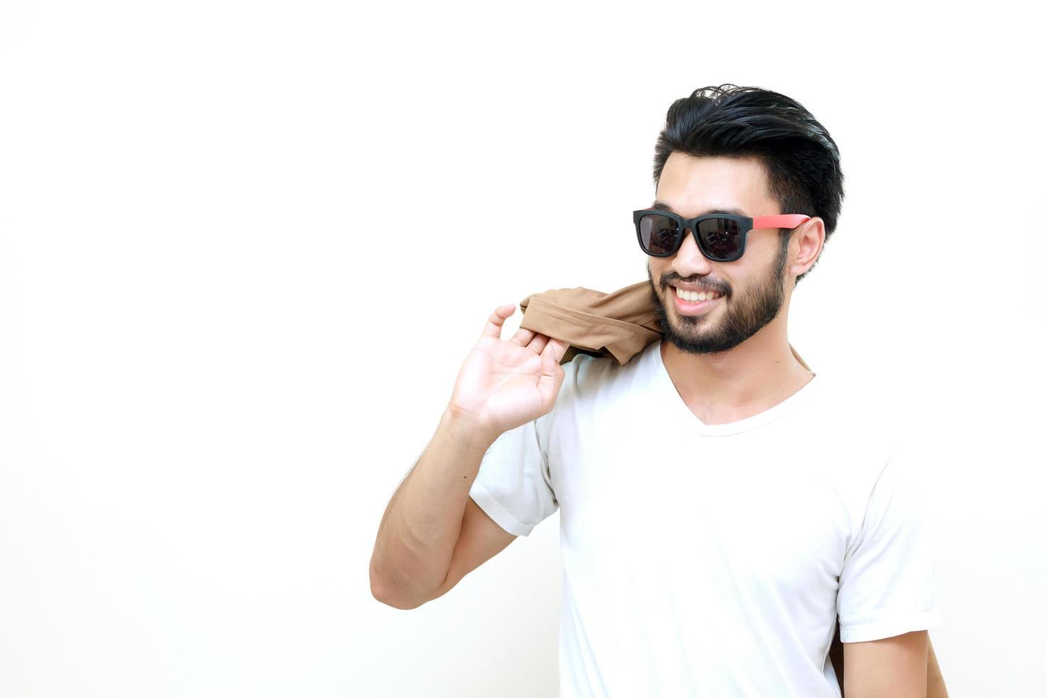 uomo asiatico con i baffi sorridente su sfondo bianco foto