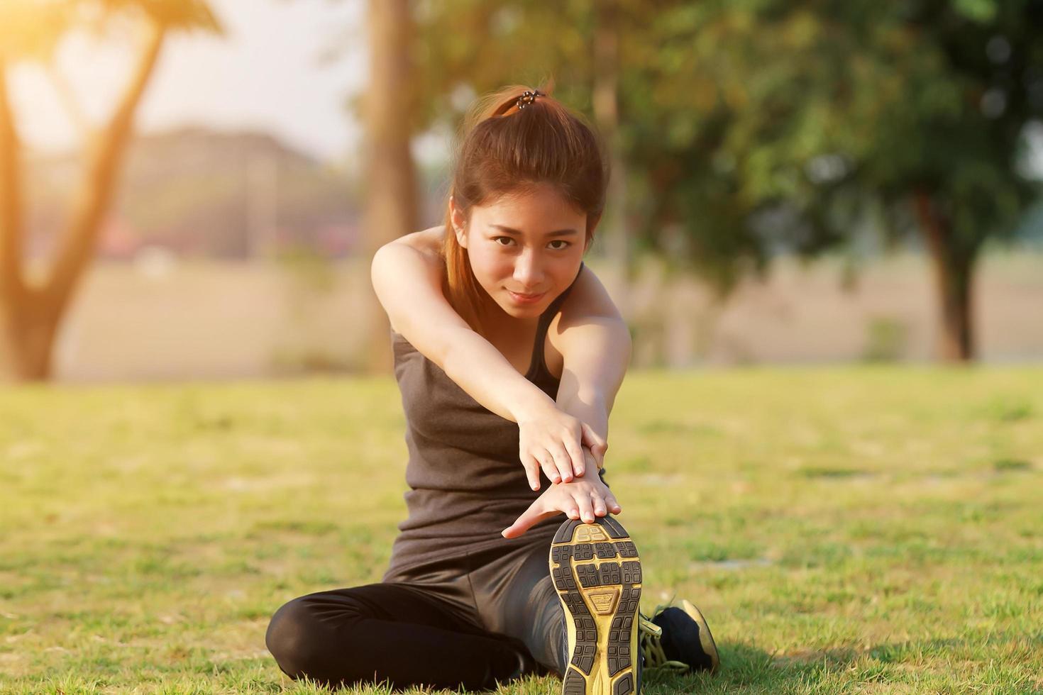 donna atletica in fase di riscaldamento e stretching foto