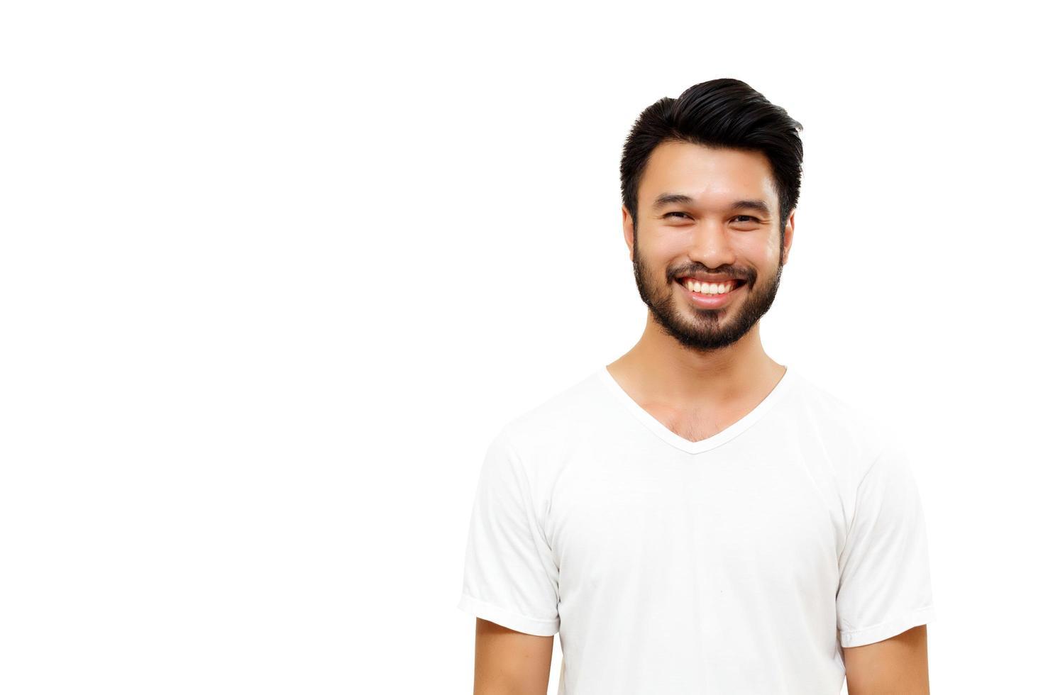 bell'uomo asiatico con i baffi, sorridente isolato su sfondo bianco foto