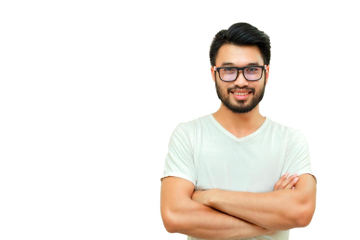 uomo asiatico sorridente isolato su sfondo bianco foto