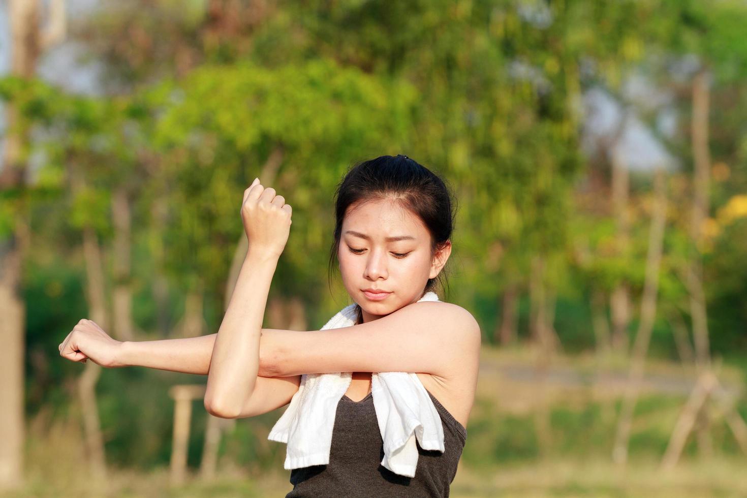 donna atletica in fase di riscaldamento foto