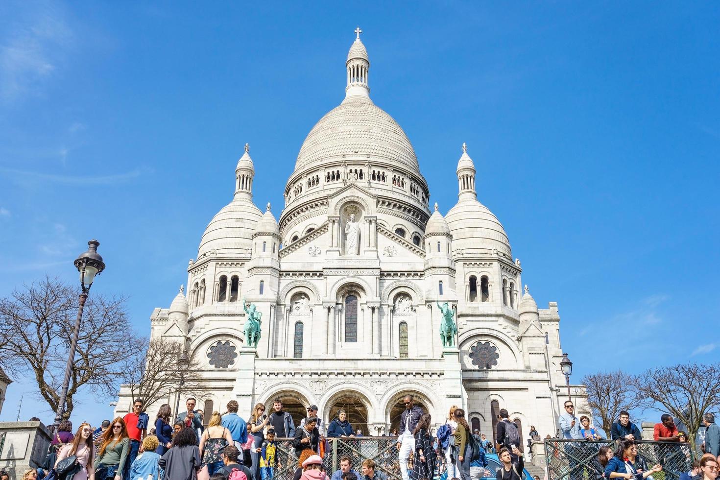 I turisti a montmartre vicino alla basilica sacre coeur, parigi foto