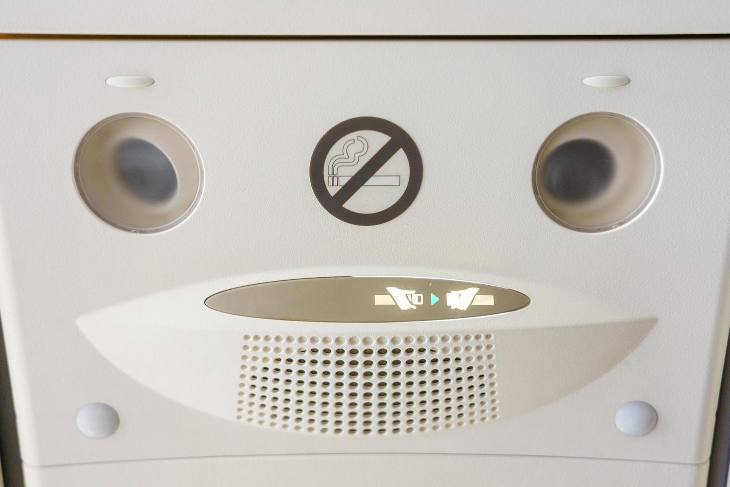 allacciare il segno della cintura di sicurezza su un aereo foto