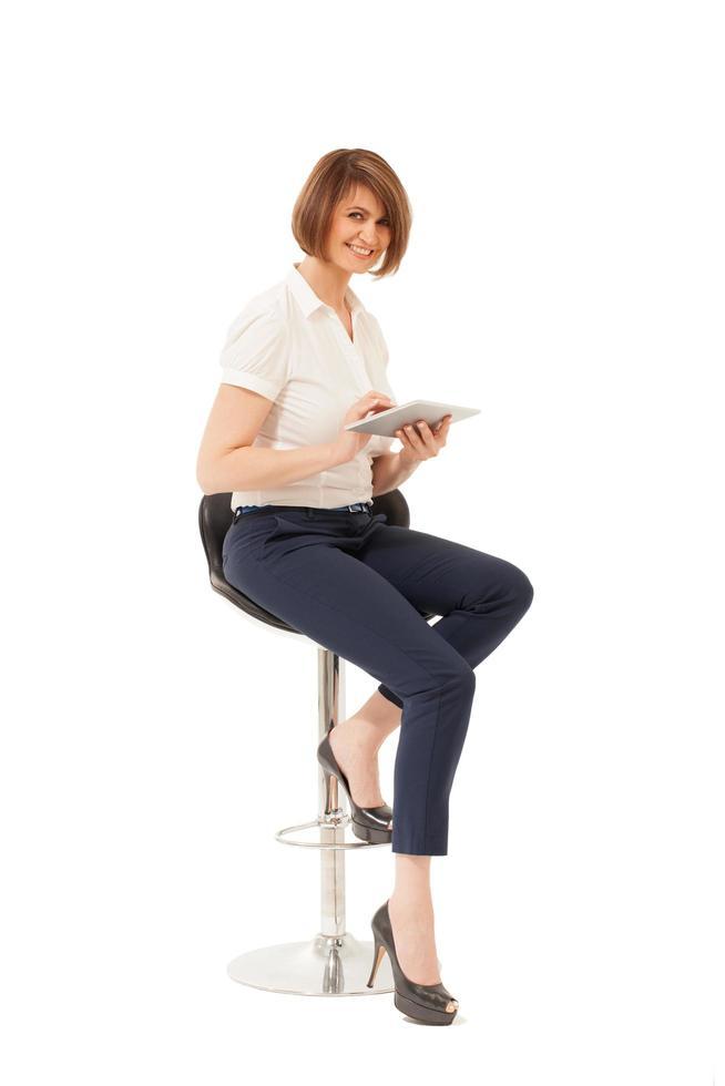 donna che tiene una tavoletta su uno sfondo bianco foto
