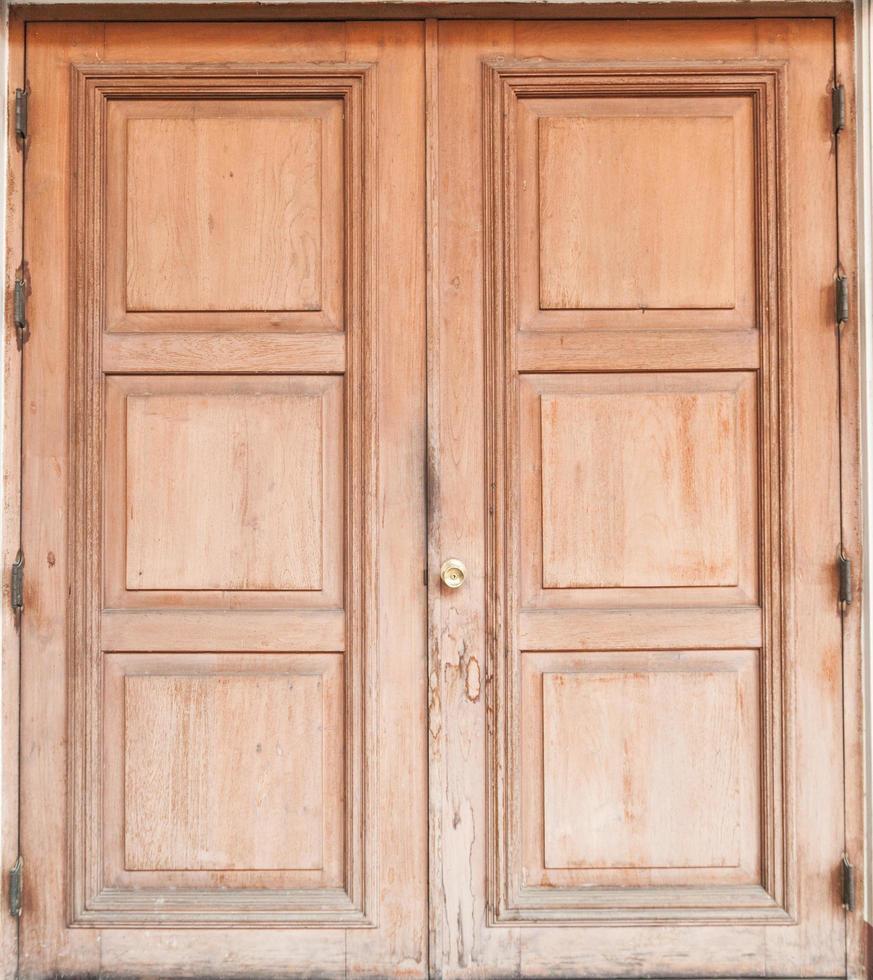 vecchia porta di legno marrone foto