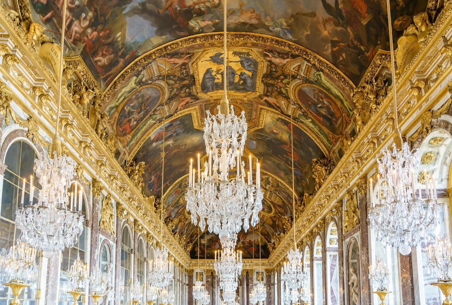 la sala degli specchi del palazzo reale di versailles in francia foto