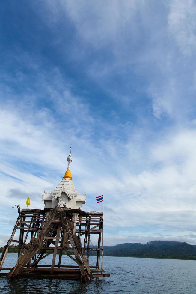 pagoda sul fiume foto