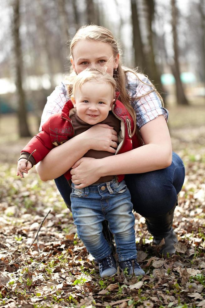 giovane madre e figlio fuori foto
