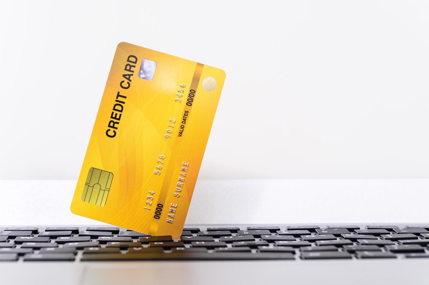 carta di credito con la tastiera del computer foto