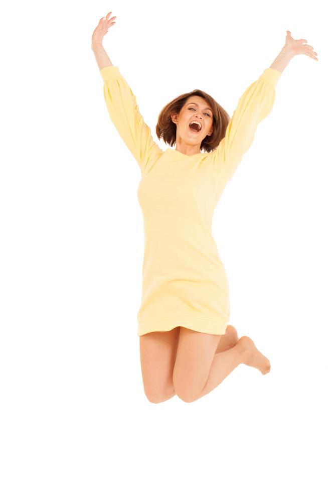 donna che salta contro uno sfondo bianco foto
