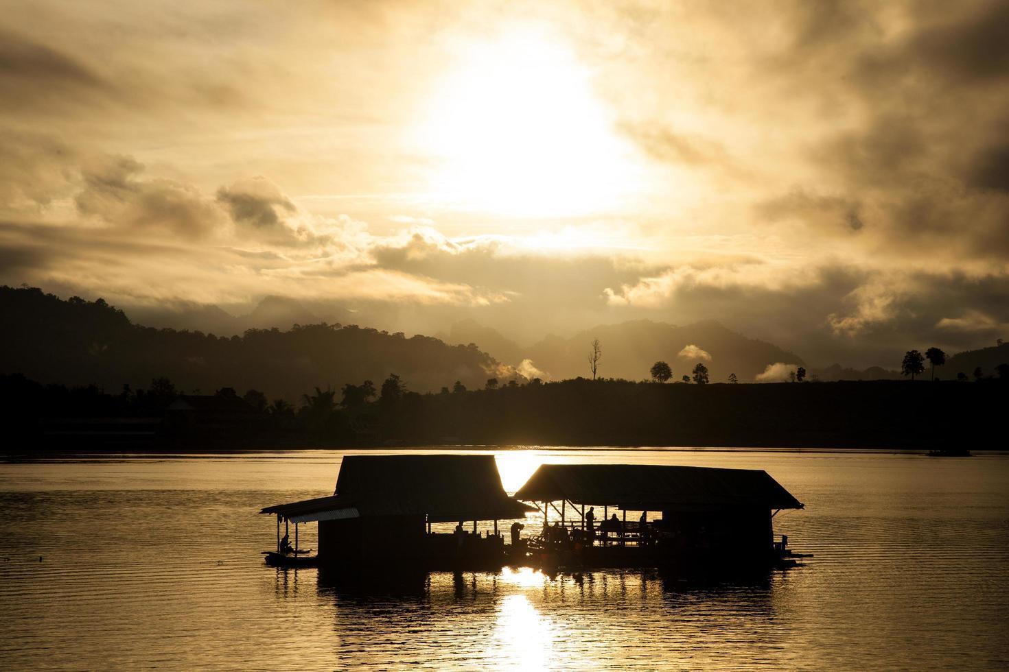 silhouette di una zattera fluviale in thailandia foto