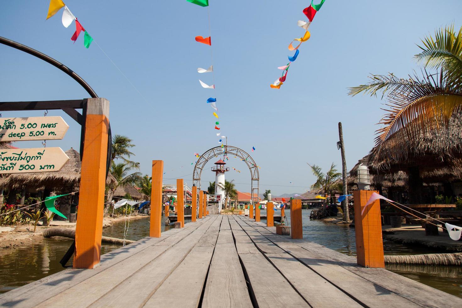 molo in legno in thailandia foto