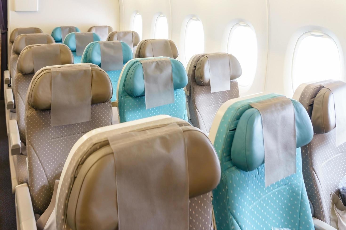file di sedili vuoti sull'aereo foto