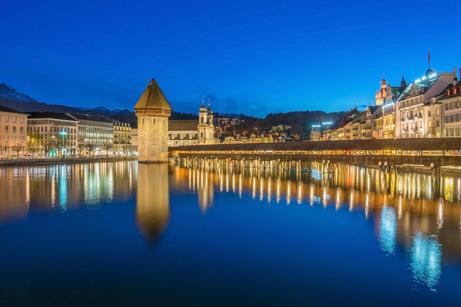 centro della città di lucerna con il ponte della cappella e il lago di lucerna, svizzera foto