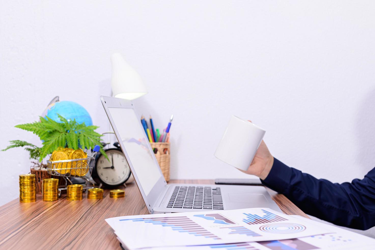 uomo d'affari alla sua scrivania foto